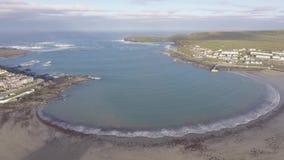 Воздушный полуостров головы петли в западной Кларе, Ирландии Графство Клара пляжа Kilkee, Ирландия Известный пляж и ландшафт на о сток-видео