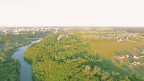 Воздушный планер вида paraplane в воздухе над каньоном города реки видеоматериал