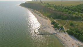 Воздушный пляж и люди плавая на воде сток-видео