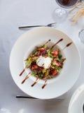 Воздушный салат в белой плите шара Стоковая Фотография