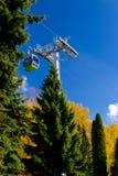 Воздушный трам, фуникулер в парке в осени Стоковые Фотографии RF
