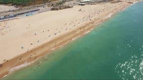 Воздушный трутень снятый над пляжем Cascais Португалией сток-видео
