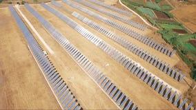 Воздушный трутень снятый над фотовольтайческой электростанцией видеоматериал