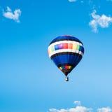 Воздушный шар в голубом небе Стоковые Изображения