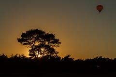 Воздушный шар в заходе солнца силуэта Стоковые Изображения RF