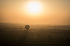 Воздушный шар на восходе солнца, Луксор, Египет стоковые изображения rf