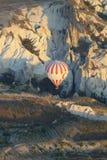 Воздушный шар над горой в cappadocia стоковое фото rf