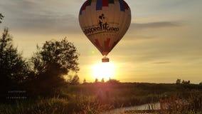 Воздушный шар на заходе солнца Стоковые Фотографии RF