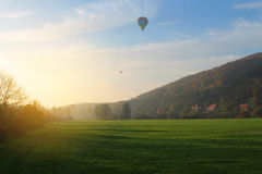 Воздушный шар над полем Стоковые Изображения