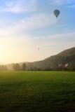 Воздушный шар над полем Стоковые Фотографии RF