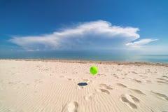 Воздушный шар на предпосылке океана Пляж Облака Стоковое Изображение
