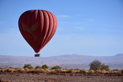 Воздушный шар над пустыней Atacama в Чили стоковые изображения