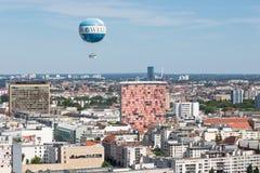 Воздушный шар ранта горячий воздушный шар который принимает туристам 150 метров в воздух над Берлином Стоковая Фотография