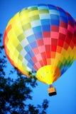 Воздушный шар Raznouvetny в небе. Стоковые Изображения RF