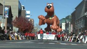 Воздушный шар Scooby Doo на параде (1 из 2) акции видеоматериалы