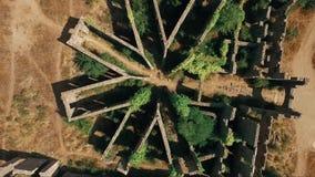 Воздушным снятый трутнем памятник покинутый показом сток-видео