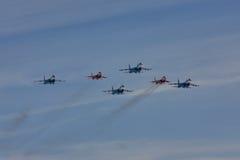` ` Воздушных судн ` рыцарей ` Swifts ` команды KUBINKA, ОБЛАСТИ МОСКВЫ, РОССИИ пилотажное и русского ` SU-30 и MiG-29 Стоковое Фото