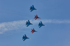 ` ` Воздушных судн ` рыцарей ` Swifts ` команды KUBINKA, ОБЛАСТИ МОСКВЫ, РОССИИ пилотажное и русского ` SU-30 и MiG-29 Стоковые Фотографии RF