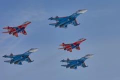 ` ` Воздушных судн ` рыцарей ` Swifts ` команды KUBINKA, ОБЛАСТИ МОСКВЫ, РОССИИ пилотажное и русского ` su-30cm и MiG-29 Стоковая Фотография RF