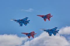 ` Воздушных судн ` рыцарей ` Swifts ` команды KUBINKA, ОБЛАСТИ МОСКВЫ, РОССИИ пилотажное и русского ` SU-30 и MiG-29 Стоковые Фото