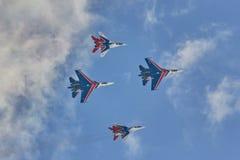 ` Воздушных судн ` рыцарей ` Swifts ` команды KUBINKA, ОБЛАСТИ МОСКВЫ, РОССИИ пилотажное и русского ` SU-30 и MiG-29 Стоковое Фото
