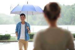 Возлюбленн встречи в дожде Стоковое Фото