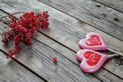 2 возлюбленн на деревянной предпосылке с ягодами Стоковое Изображение RF