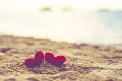 Возлюбленн на пляже песка под заходом солнца и теплым светом абстрактное лето влюбленности предпосылки на пляже Винтажный цвет Стоковое Изображение