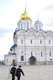 2 воина в Москве Кремле. Стоковые Фотографии RF