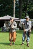 2 воина заполняя винтовки с боеприпасыом во время re-введения в силу гражданской войны, Saratoga Springs, Нью-Йорком, падением, 20 Стоковое фото RF