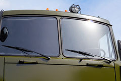 Воинская зеленая тележка против неба Стоковое фото RF