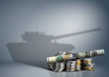Воинская концепция бюджета, деньги с тенью оружия стоковые изображения
