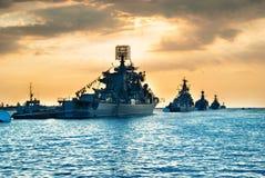 Воинские военные корабли в заливе моря стоковые изображения rf