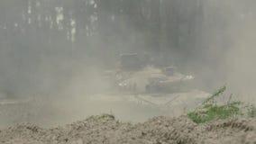 Воинские всходы танка на цели сток-видео