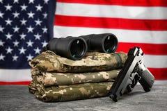 Воинские одежды, оружие и бинокулярное на таблице Стоковые Фото