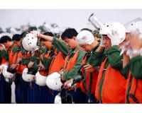 Воинский авиапорт, группа в составе пилоты внутри рядом с строкой шлема бойца, сортируя, Стоковое Изображение RF