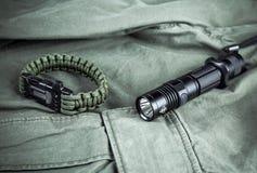 Воинский браслет paracord и тактический факел Стоковые Изображения RF
