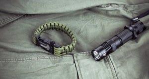Воинский браслет paracord и тактический факел Стоковые Фото