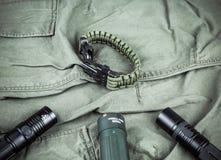 Воинский браслет paracord, тактический факел и шпионк-стекло Стоковая Фотография RF