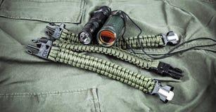 Воинский браслет paracord, тактический факел и шпионк-стекло Стоковые Изображения