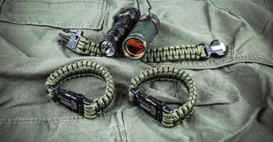 Воинский браслет paracord, тактический факел и шпионк-стекло Стоковое фото RF