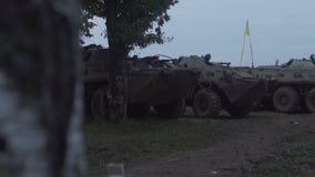Воинский бронетранспортер путешествует вдоль тинной дороги Пакостное бронированное транспортное средство видеоматериал
