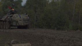Воинский бронетранспортер путешествует вдоль тинной дороги Пакостное бронированное транспортное средство сток-видео