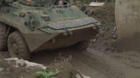 Воинский бронетранспортер путешествует вдоль тинной дороги Пакостное бронированное транспортное средство акции видеоматериалы
