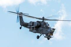 Воинский вертолет в небе на боевом задании с оружиями стоковое изображение