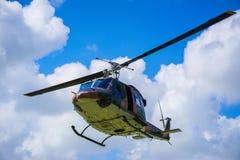 Воинский вертолет на небе Стоковое Изображение