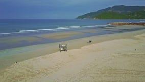 Воинский виллис стоит на пляже океана с следами на влажном песке акции видеоматериалы