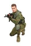 Воинский военнослужащий с винтовкой на белизне Стоковое Изображение RF