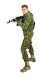 Воинский военнослужащий с винтовкой на белизне Стоковое Изображение
