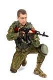 Воинский военнослужащий с винтовкой на белизне Стоковые Изображения